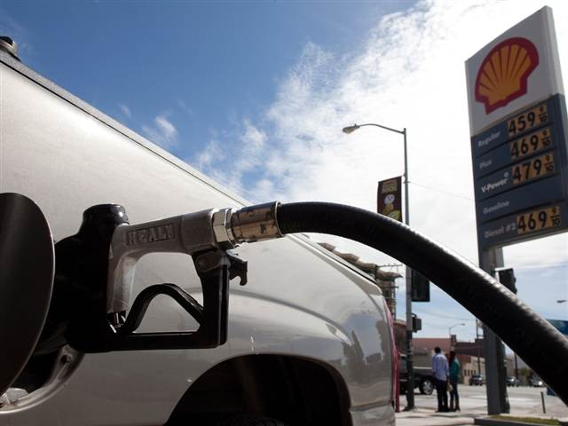 Gas prices continue to fall, may boost summer driving